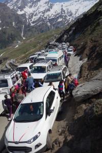 Auch jenseites der 4000 Meter kann es sich stauen - unser Materialwagen stand 10 Stunden in einer hoffnungslos verkeilten Fahrzeugmasse