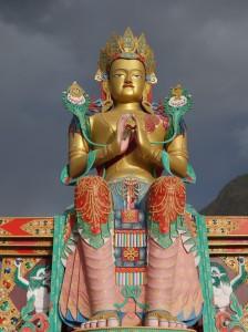 Auch wenn es vom Religionsgründer so nicht gedacht, oft übermächtige Buddha-Statuen überblicken mancherorts die Landschaft.